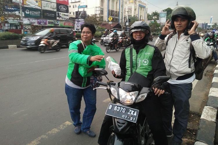 Sejumlah pengemudi ojek online membagikan takjil gratis kepada masyarakat umum dan pengendara di kawasan ITC Depok serta Stasiun Depok Baru, Senin (21/5/2018).