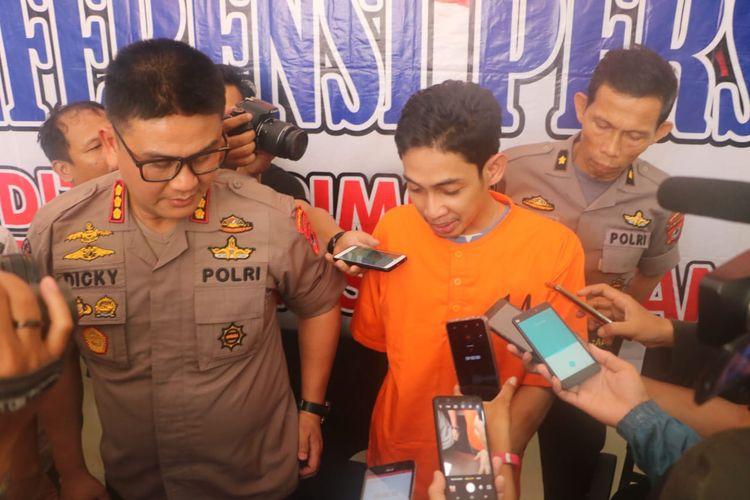 Muhammad Aufar (29) memakai baju tahanan (oranye) saat diwawancara di Mapolda Sulsel, Jumat (17/5/2019).