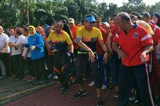 Sandiaga Bagi-bagi Hadiah di Kantor Wali Kota Jakarta Timur