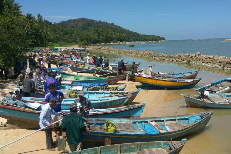 Sejumlah nelayan penerima bantuan konverter kit bahan bakar gas di pesisir pantai Singkawang, Kalimantan Barat (21/10/2018)