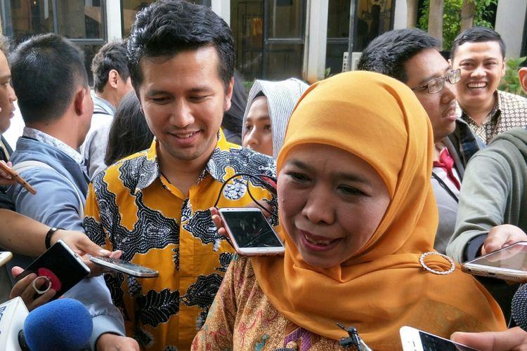 Menteri Sosial Khofifah Indar Parawansa dan Bupati Trenggalek Emil Dardak di Kantor DPP Golkar, Jakarta, Jumat (5/1/2018)