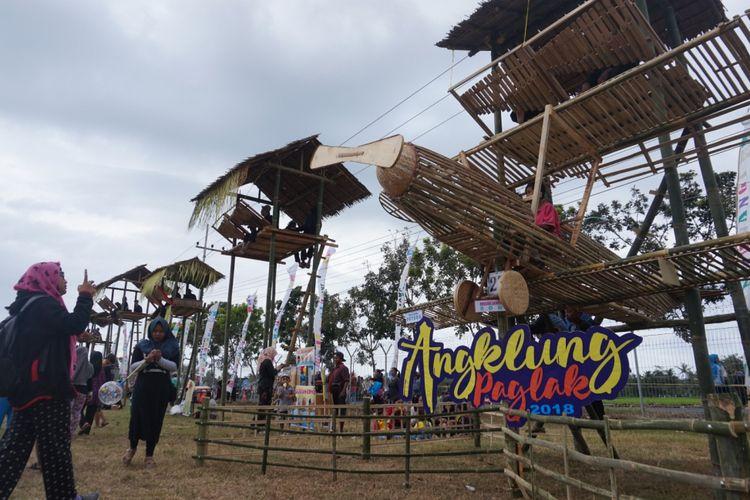 Secara bersama sama, para pemain angklung memainkan lagu Padang Ulan di atas paglak, di Banyuwangi, Sabtu (4/8/2018).