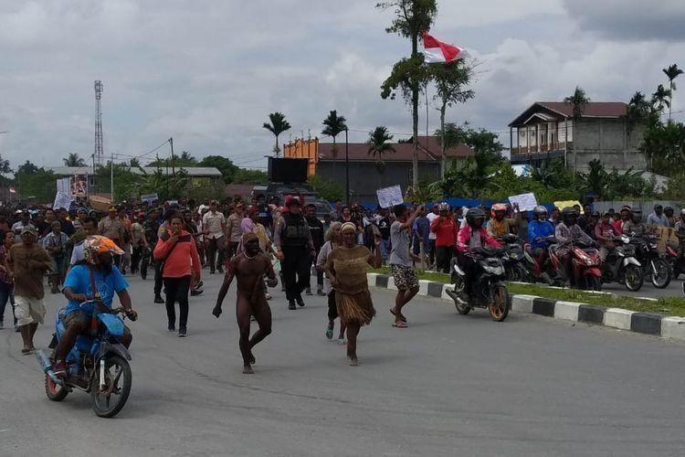 Massa demonstran saat merangsak ke halaman DPRD Mimika, Papua, Rabu (21/8/2019)