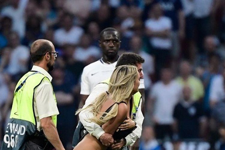 Petugas keamanan mengamankan penyusup di lapangan saat pertandingan final Liga Champions UEFA antara Liverpool vs Tottenham Hotspur di Stadion Wanda Metropolitano di Madrid pada 1 Juni 2019.