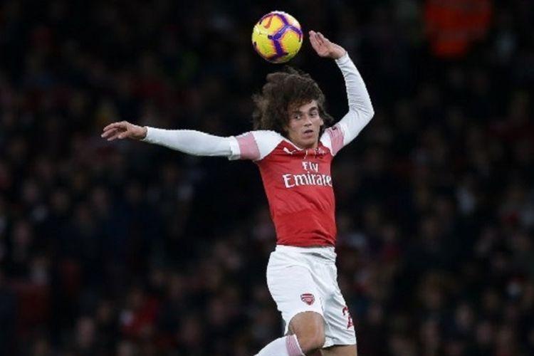 Aksi Matteo Guendouzi saat mencoba menyundul bola pada laga Arsenal vs Wolverhampton Wanderers dalam lanjutan Liga Inggris di Stadion Emirates, 11 November 2018.