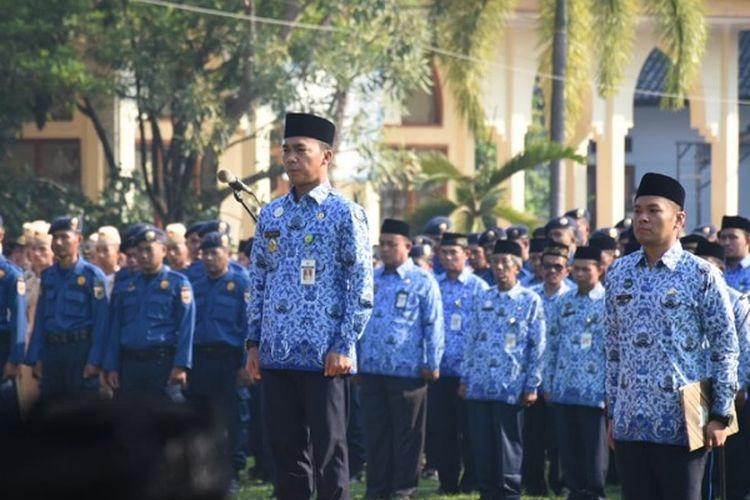 Bupati Batang, Jawa Tengah Wihaji saat menjadi inspektur upacara pada peringatan Hari Lahir Pancasila.