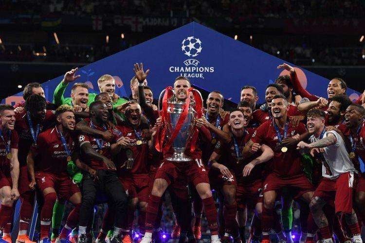 Jordan Henderson mengangkat trofi Si Kuping Besar seusai Liverpool memastikan diri menjadi juara Liga Champions dengan mengalahkan Tottenham Hotspur di Stadion Wanda Metropolitano, 1 Juni 2019.
