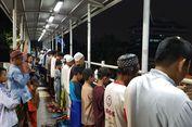 Terenyuh Lihat Warga Shalat Tarawih di JPO, Sandiaga Janji Cari Solusi
