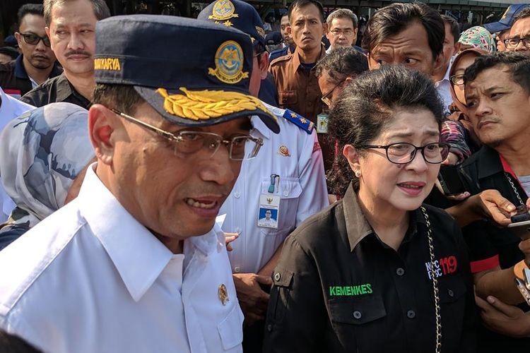 Meteri Perhubungan, Budi Karya Sumadi dan Menteri Kesehatan Nila Moeloek di Stasiun Gambir, Jakarta Pusat