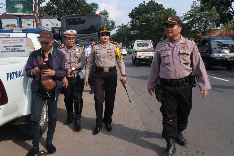 Kapolres Cianjur, Jawa Barat, AKBP Soliyah bersama Dinas Perhubungan setempat saat memantau kondisi ruas jalan di wilayah timur Cianjur beberapa waktu lalu dalam rangka persiapan menyambut arus mudik lebaran 2019 (KOMPAS.com/FIRMAN TAUFIQURRAHMAN)