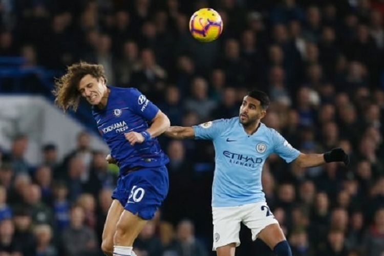 David Luiz mengungguli Riyad Mahrez dalam duel udara pada pertandingan Chelsea vs Manchester City di Stadion Stamford Bridge, 8 Desember 2018.