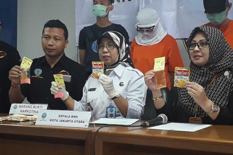 Kepala BNNK Jakarta Utara AKBP Yuanita Amelia Sari menunjukkan barang bukti narkoba yang dibungkus kemasan minuman ringan dalam konferensi pers di Kantor BNNK Jakarta Utara, Kamis (14/3/2019).