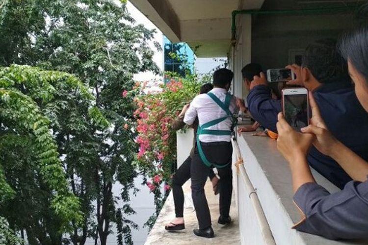 Anggota Polsek Kelapa Gading menggagalkan upaya bunuh diri seorang wanita di Gedung Menara Satu, Kelapa Gading, Jakarta Utara, Senin (19/2/2018).