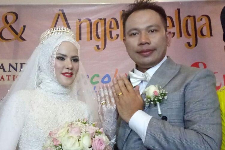 Vicky Prasetyo dan Angel Lelga berpose saat ditemui dalam resepsi pernikahan mereka di Ancol Beach City, Jakarta Utara, Sabtu (10/2/2018).
