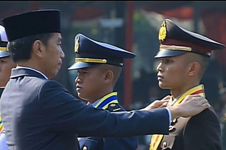 Muhammad Idris, lulusan terbaik Akpol 2019, mendapat bintang Adhi Makayasa dari Presiden Jokowi di Istana Merdeka, Jakarta, Selasa (16/7/2019).