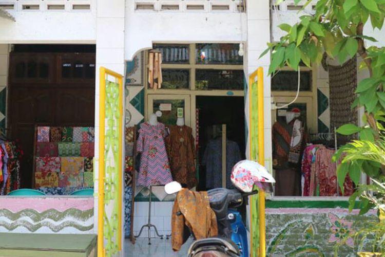 Salah satu sanggar batik rumahan di Kampung Batik Semarang yang menyediakan aneka sandang dan suvenir batik, Jumat (16/6/2017).