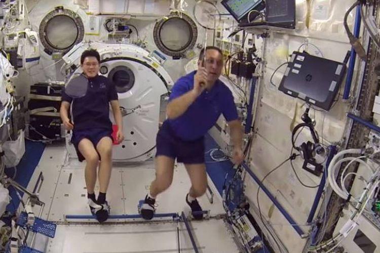 Astronot Jepang dan Kosmonot Rusia sedang melakukan turnamen bulutangkis luar angkasa pertama