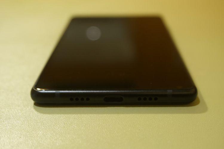 Bagian bawah, ada speaker di kanan dan kiri, di tengah ada port USB Type-C, tidak ada port audio 3,5 mm.