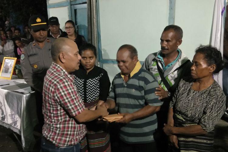 Perwakilan PT Istaka Karya Jawa Timur, saat menyerahkan santunan kepada kedua orang tua Emanuel Bano, korban pembunuhan kelompok kriminal bersenjata (KKB) di Distrik Yigi, Kabupaten Nduga, Papua