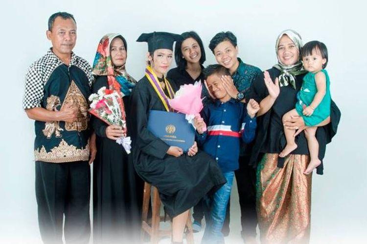 Teguh dan keluarganya