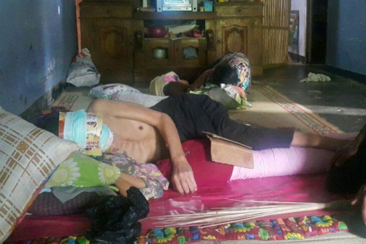 TOPENG--Jemadi, penjual sayur asal Ponorogo terpaksa menggunakan topeng karena mukanya hilang digerogoti penyakit kanker kulit.