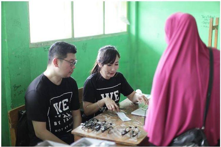 Salah satu anggota Komunitas Sejuta Kacamata sedang melakukan baksi sosial di Bekasi pada 28 Mei 2017.