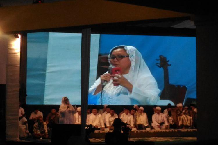 Putri pertama Presiden ke-4 RI, Abdurrahman Wahid, Alissa Qotrunnada Munawaroh Wahid saat memberikan sambutan dalam Haul ke-9 Gus Dur di kediamannya, Ciganjur, Jakarta Selatan, Jumat (21/12/2018).