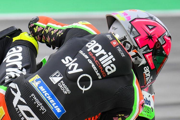 Aleix Espargaro menggunakan helm Shark saat berlaga di GP Catalunya 2019.