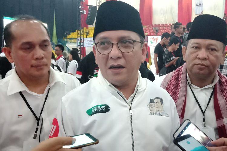 Ketua TKD Sumut Ivan Iskandar Batubara menjawab pertanyaan wartawan usai Pertemuan Terbatas Calon Presiden Nomor Urut 01 Joko Widodo dengan Masyarakat Sumatera Utara di Stadion Mini Pancing pada Jumat (5/4/2019) malam