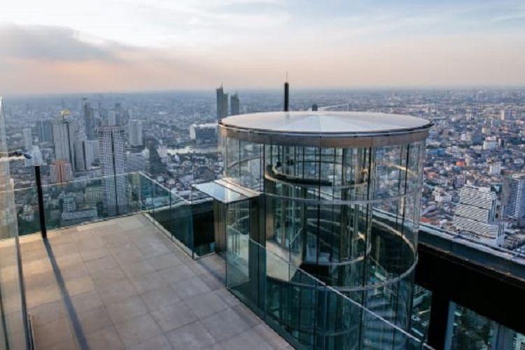 Untuk menuju ke lantai kaca, pengunjung dapat menikmati sensasi menaiki elevator dari lantai bawah ke atas hanya dalam waktu 50 detik