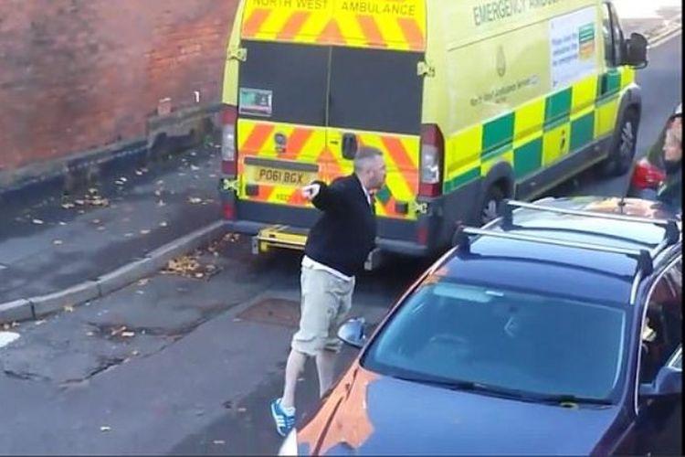 Pengemudi mobil memaki petugas paramedis Dinas Layanan Kesehatan Inggris karena dianggap menghalangi jalan umum (12/11/2017)