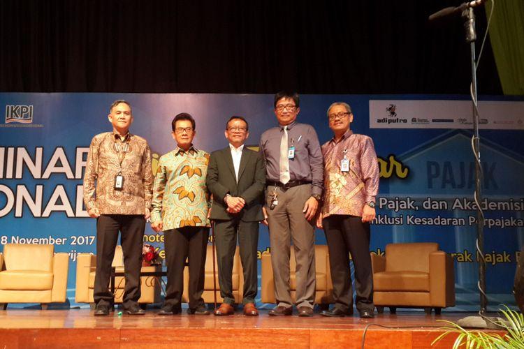 Ketua Umum Ikatan Konsultan Pajak Indonesia (IKPI) Mochamad Soebakir (dua dari kiri) bersama Dirjen Pajak Ken Dwijugiasteadi dalam Seminar Nasional Sinergi Tiga Pilar di Universitas Brawijaya (UB) Kota Malang, Selasa (28/11/2017)