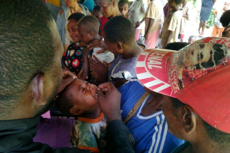Anak-anak di Asmat mendapat perawatan medis.