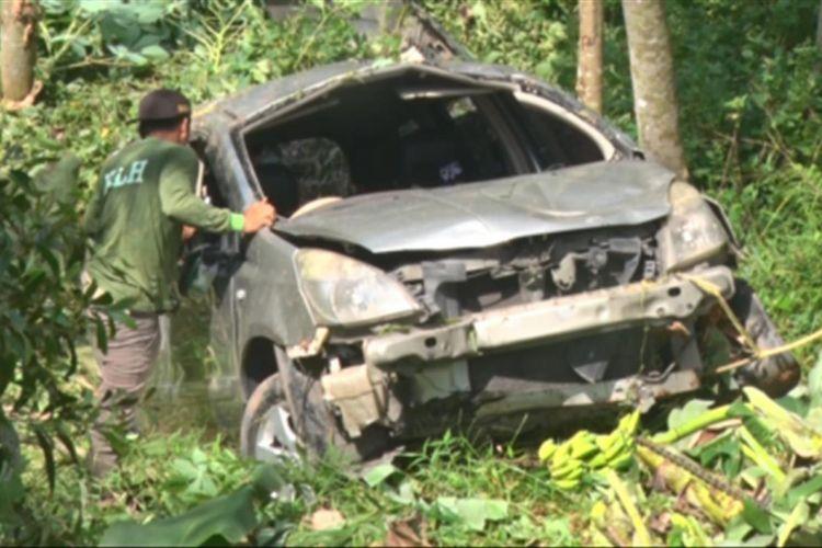 Petugas berupaya melakukan evakuasi mobil yang masuk jurang sedalam 20 Meter di Kilometer 14 Dusun gading Kecamatan Suruh kabupaten Trenggalek Jawa Timur (21/04/2018)