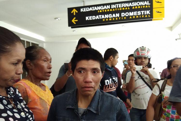 TKI Ida Nahak (jaket hitam rambut pendek) saat tiba di Bandara El Tari Kupang, Nusa Tenggara Timur (NTT), Jumat (2/3/2018).