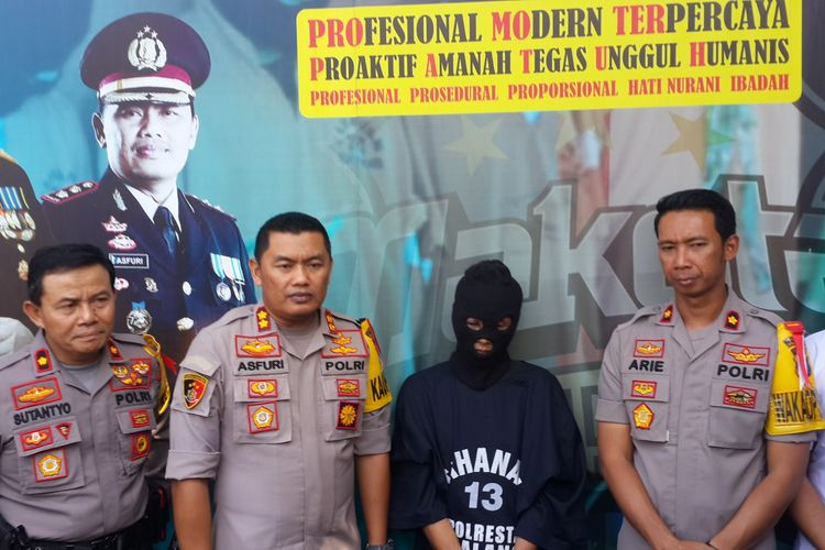 Sugeng Santoso (49) terduga pelaku mutilasi terhadap tubuh wanita yang ditemukan di lantai 2 Pasar Besar Kota Malang dalam konferensi pers di Kota Malang, Senin (20/5/2019)(KOMPAS.com / ANDI HARTIK)