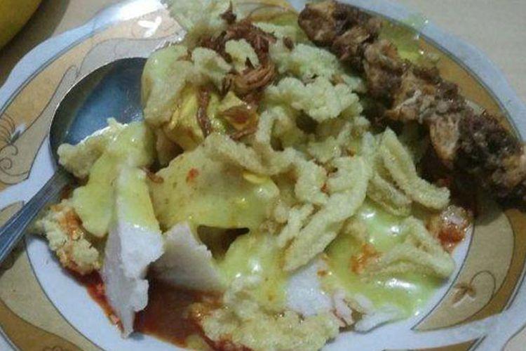 Kupat glabed, makanan khas Kota Tegal yang kuahnya terkenal kental dan gurih.