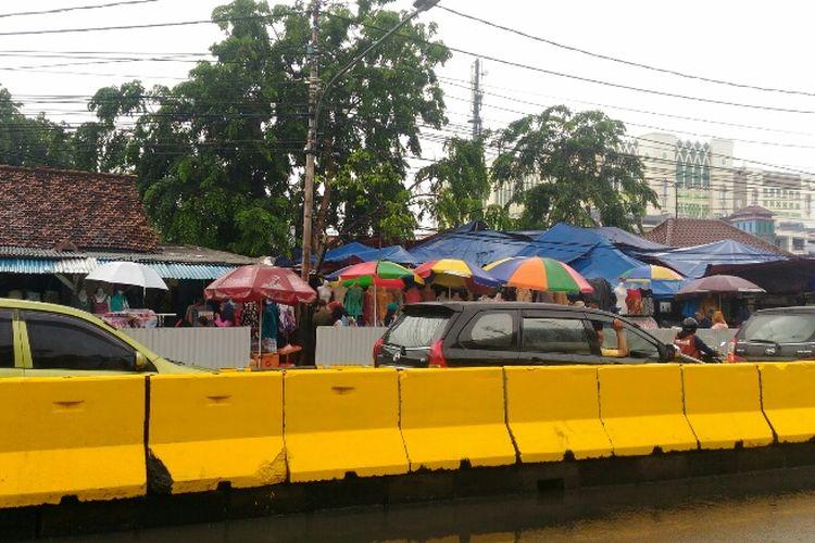 Road barrier beton berwarna kuning terpasang di tengah dan trotoar Jalan Jatibaru Raya, Tanah Abang, Jakarta Pusat, Kamis (21/12/2017).