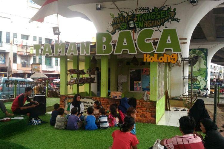 Kondisi Taman Baca Masyarakat (TBM) yang ada di kolong Jalan Layang Ciputat. Berbagai macam fasilitas mulai dari lapangan futsal hingga saung ada di sana untuk digunakan tempat komunal warga sekitar. Foto diambil Senin (8/1/2017)