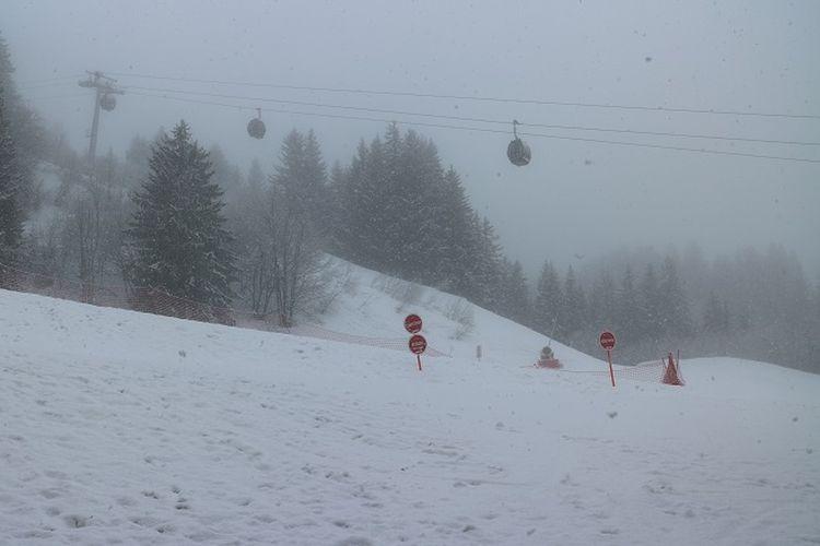 Hujan salju turun di Les Avanchers, Valmorel, Perancis, Selasa (10/4/2018). Pegunungan Alpen merupakan salah satu tujuan wisatawan dari berbagai belahan dunia untuk bermain ski.
