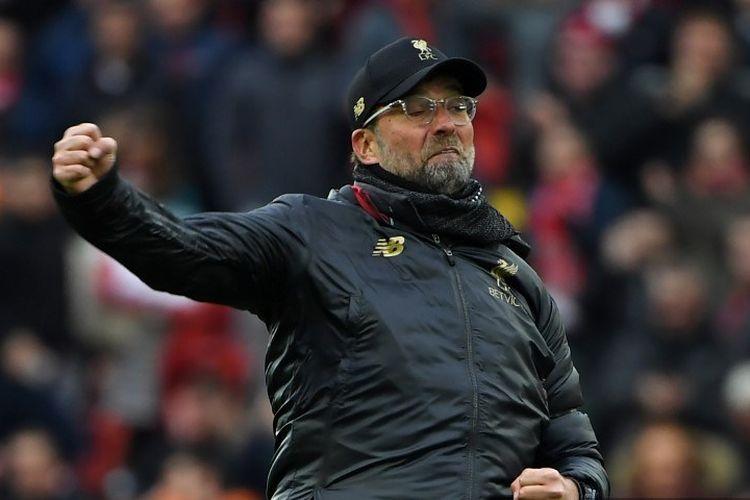 Manajer Liverpool, Juergen Klopp, melakukan selebrasi di lapangan seusai laga Liverpool vs Chelsea pada lanjutan laga Liga Inggris di Stadion Anfield, Minggu (14/4/2019).