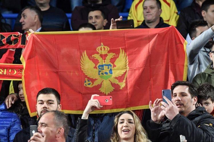 Suporter Montenegro mengibarkan bendera pada laga versus Inggris dalam babak kualifikasi Euro 2020 di Podgorica City, 25 Maret 2019.