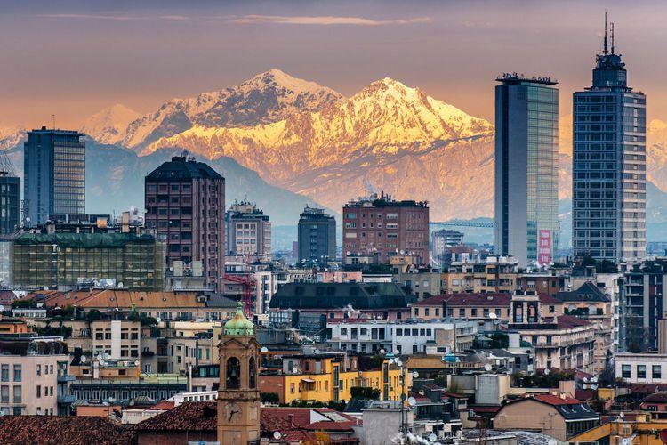 Pemandangan kota Milan dengan gunung Alpen dibelakangnya.
