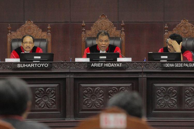 Ketua MK Arief Hidayat (tengah) bersama Hakim Konstitusi Suhartoyo (kiri) dan Hakim Konstitusi I Dewa Gede Palguna (kanan) menjadi hakim panel pada sidang perdana pengujian UU Ormas di Ruang Sidang Mahkamah Konstitusi, Jakarta, Rabu (26/7). Pada sidang perdana tersebut majelis hakim akan mendengarkan isi permohonan terkait legal standing, argumentasi permohonan dan petitumnya. ANTARA FOTO/Muhammad Adimaja/nz/17