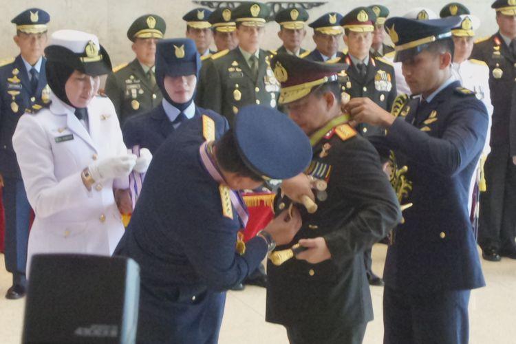 Kapolri Jenderal Pol Tito Karnavian menerima penghargaan dari TNI AD, TNI AU, dan TNI AL di Mabes TNI Cikangkap, Jakarta Timur, Rabu (14/3/2018).