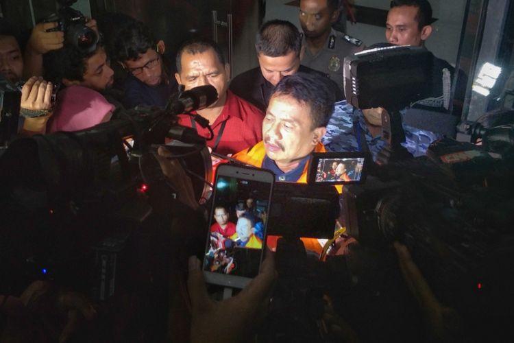 Bupati Jombang Nyono Suharli Wihandoko usai menjalani pemeriksaan di gedung KPK, Minggu (4/2/2018).