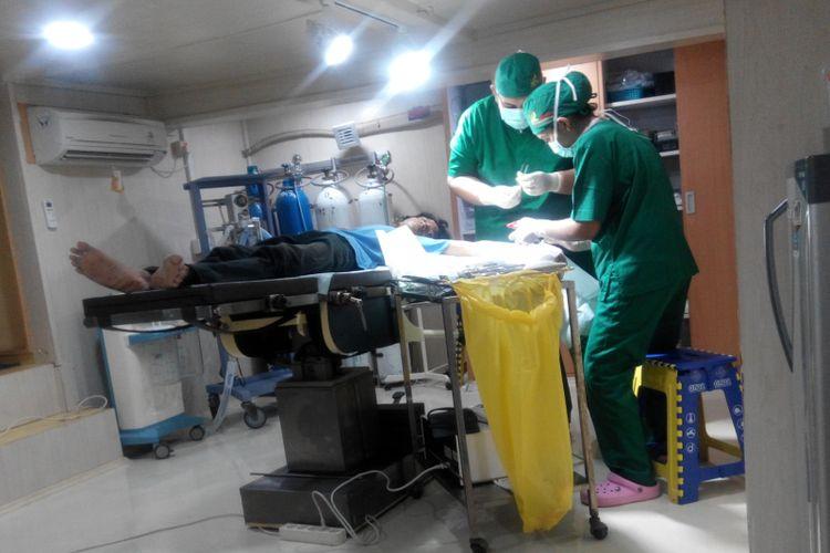 Operasi tengah dilakukan terhadap seorang pasien di Rumah Sakit Apung (RSA) dr Lie Dharmawan di Makassar, Sulawesi Selatan, Minggu (19/11/2017).