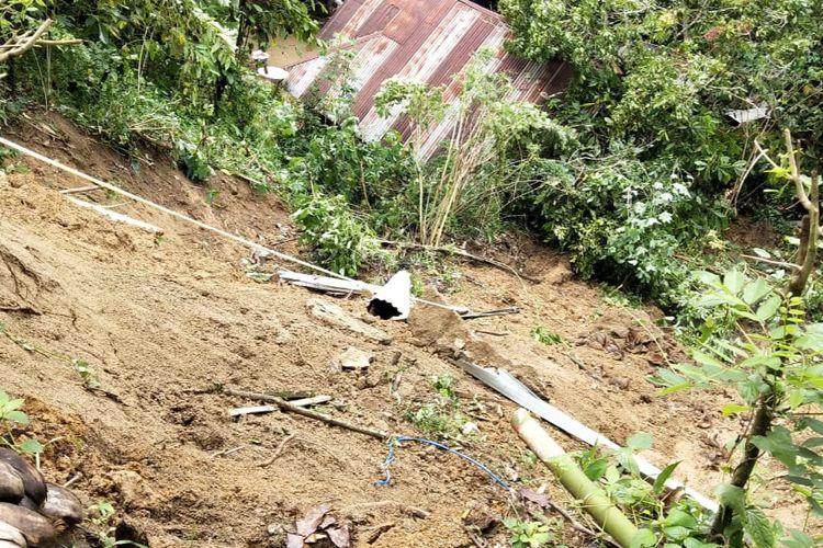 Tiga puluh rumah di Sawahlunto dihantam longsor. Tujuh di antaranya rusak berat.