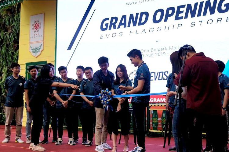 Suasana pengguntingan pita pembukaan Flagship Store EVOS eSports yang dilakukan oleh CMO EVOS, Michael Wijaya (kanan), Brand Ambassador EVOS, Angelica Anastasia, dan Merchandise Manager EVOS, Yansen Wijaya, di One Bell Park, Jakarta Selatan, Jumat (9/8/2019).
