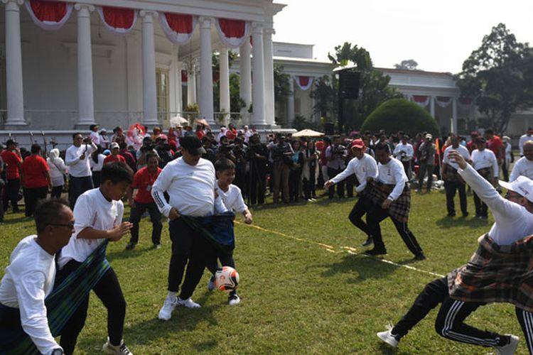 Sejumlah menteri beserta keluarga mengikuti lomba sepak bola sarung saat gathering keluarga kabinet kerja di Istana Bogor, Jawa Barat, Minggu (4/8/2019). Gathering yang diikuti menteri kabinet kerja dan keluarga itu mengangkat tema solidaritas tanpa batas.